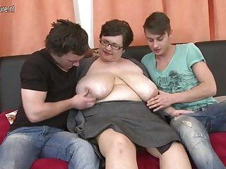 巨大的胸部bbw媽媽他媽的兩個玩具男孩