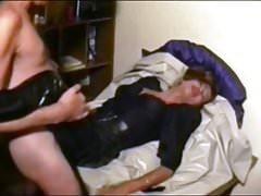 Hooker Traudl se v rozkrokovém kalhotovém džípu dostane do hlouposti