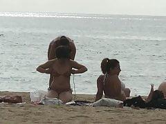 Fille timide nipslip après massage à la plage