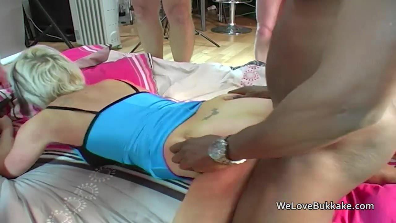 Порно на пляже трансы