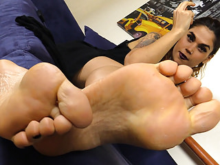 Foot Fetish Hd Videos Passione Piedi video: Barefoot brunette smokes and shows her soles