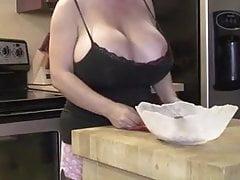 Mama uwodzi w kuchni swoimi cyckami