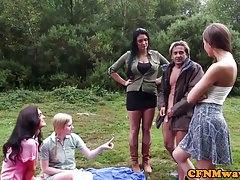 Femdoms che strappa sottotitoli in gruppo all'aperto