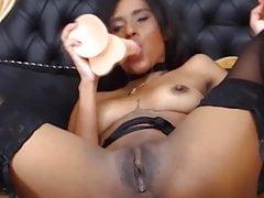 Teen schwarzes Mädchen Eva mit durchbohrten Nippeln und kleinen Brüsten