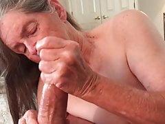 La nonna dà un ottimo lavoro a mano!