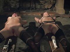 Kinky sex game i bondage sex dla dwóch niewolników gotowych do pieprzenia