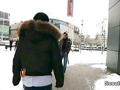 Niemiecka gwiazda porno Kitty Core pieprzy się z 18-letnim chłopcem z ulicy