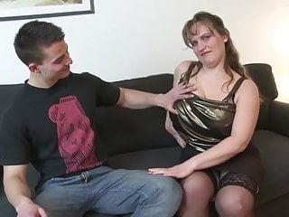 年幼的兒子亂搞性感成熟豐滿而不是他的媽媽
