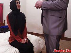 Cowgirl di guida musulmana araba mentre nel hijab