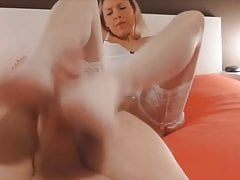 Hot footjob e cumming sulle sue calze bianche