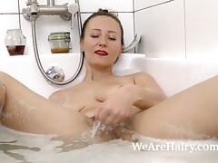 Solena Sol genießt ein sexy Bad und masturbiert