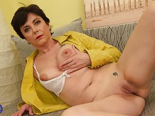 Milf Mature Granny video: Amateur mature mom fucks her thirsty vagina