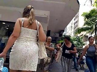 Loira safada de vestido transparente marcando calcinha bunda