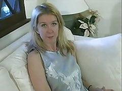 Szerokie biodro małe cycki Blondynka pieprzy się na kanapie