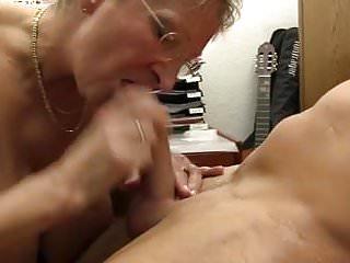 xxx omas骯髒的德國奶奶在辦公室採取雞巴