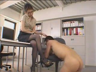Порно видео мастурбирует женский оргазм