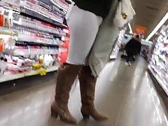 CANDID SNOW BUNNY in weißen Hosen und Stiefel