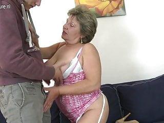 奶奶他媽的和吮吸她的小玩具男孩