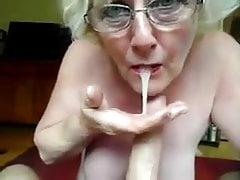 Großmutter saugt ...