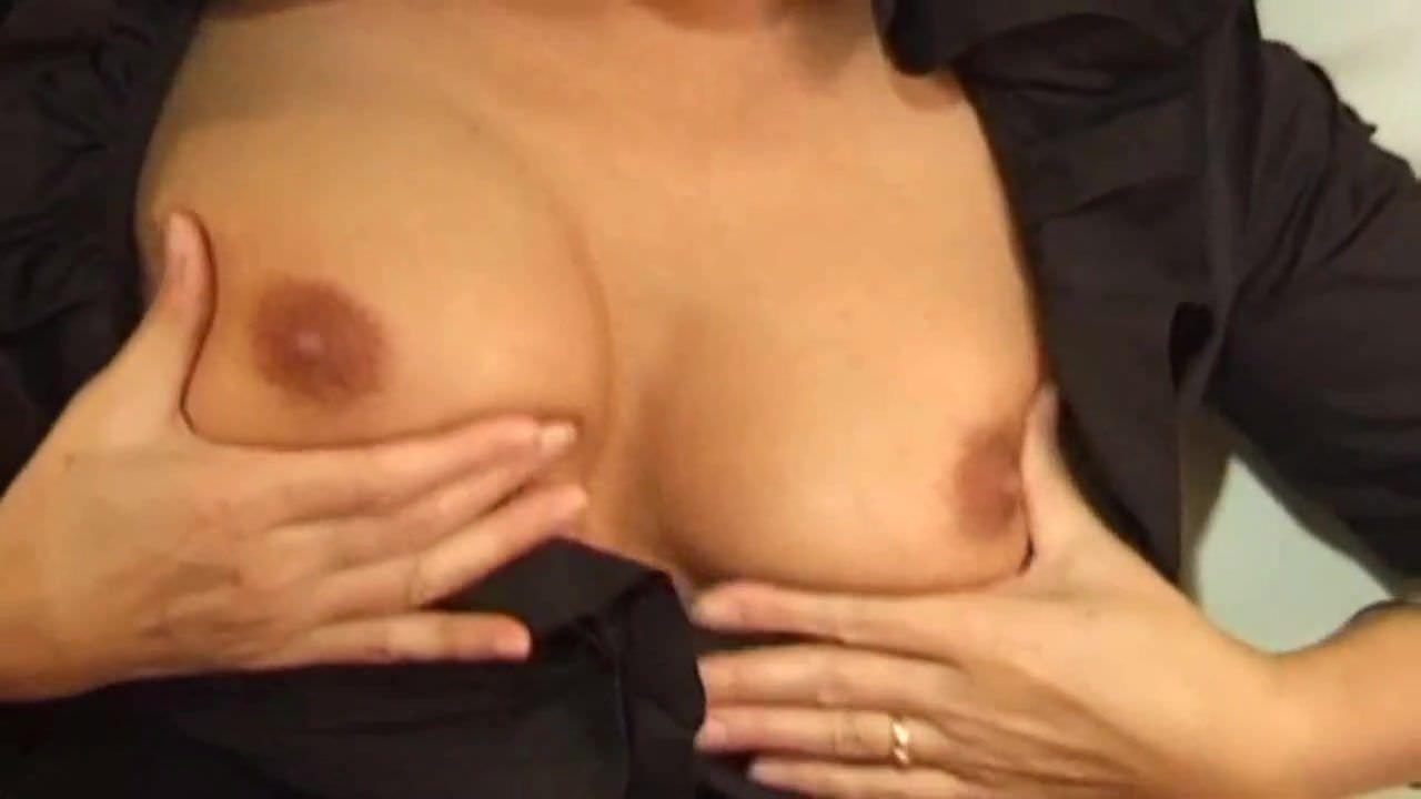 Женщина мастурбирует возле холодильника