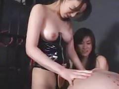 2 asiáticos strapon 1 chico