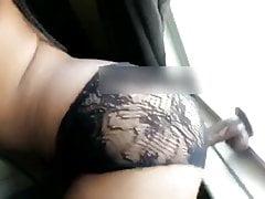 Ebony utilisant un gode sur la fenêtre avant