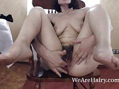 Alina H rozbiera się i masturbuje na drewnianym krześle