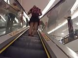 Por de baixo da saia na escada rolante