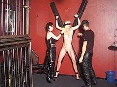 La padrona si diverte a sculacciare il suo schiavo