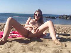 Pokazuje jej ciało na plaży
