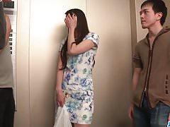 Nana Nakamura age desobediente e sensual no top trio