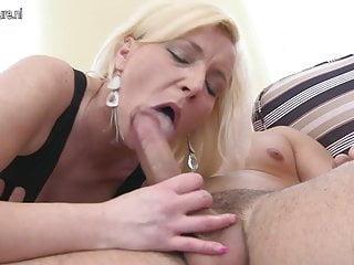 熱成熟的母親吮吸和亂搞她的小男孩