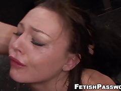 Petite sub Nikki Bell klepá na obrovský kohout