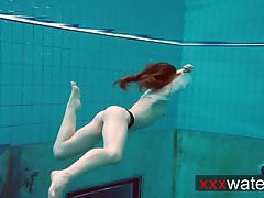 Percé adolescent nageant