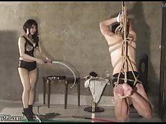 Japońska femdom zawieszona i bita