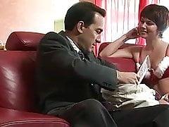 Una cagna di capelli corti viene inchiodata sul divano da un fusto