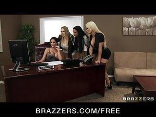 四個熱的大胸部辦公室蕩婦他媽的老闆大雞巴在辦公室