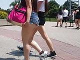 Novinha mostrando a manchinha na bunda