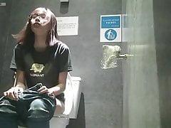 Caméra espion masturbation toilettes publiques