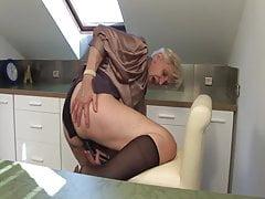 Oma beim Masturbieren in der Küche erwischt!