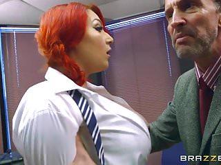 Brazzers Harmony在學校重擊大乳房
