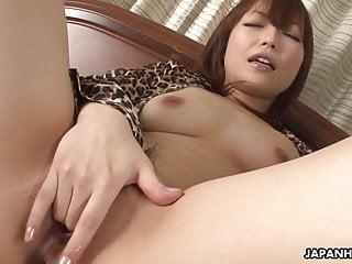 屄潮湿的亚洲贱人玩弄她的惹人注意的阴部 n a l