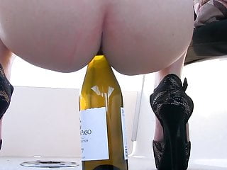 Double Penetration Blowjob Milf video: Preciosa anglosajona wine bottle insertion in pussy shaved