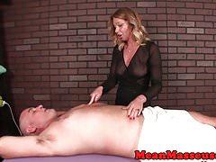Femdom massaggiatrice ragazzo umiliante con hj