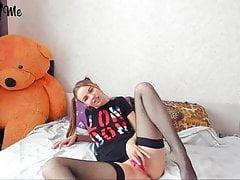 Blond nastolatka w pończochach gra