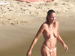 ragazza sportiva nudista nuda fare un bagno