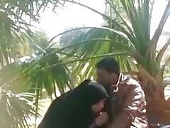 Una ragazza irachena succhia il pene del suo amante in un luogo pubblico