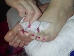 Czyszczenie spermy u jej stóp