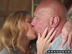 Adolescente più pulito si fa leccare il culo e la figa scopata dal nonno