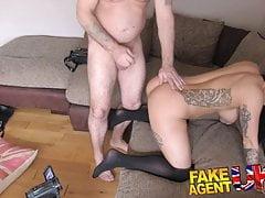 Agent FakeAgentUK ściska koguta w seksowną brunetkę